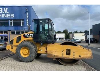 Caterpillar CS 76 XT  - пневматичен валяк
